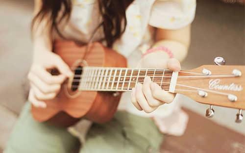 como aprender a tocar ukelele